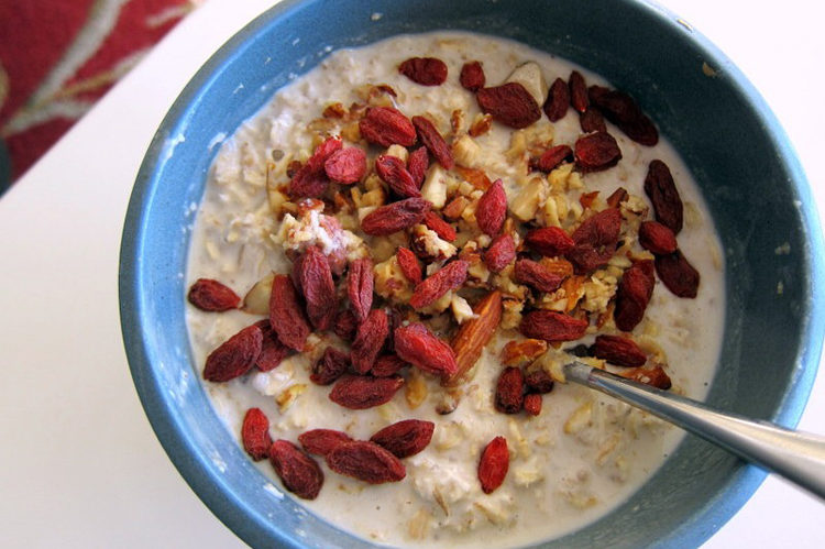 Goji berry pecan oats